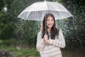 透明伞雨中快乐的亚洲女孩 — 图库照片