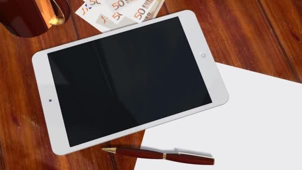 Tablet Pc Pad verde pantalla para presentación de anuncio - tiro de seguimiento sobre la tableta con billetes de 50 euros — Vídeo de stock