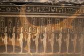 Figuras egipcios y jeroglíficos en relieve en piedra — Foto de Stock