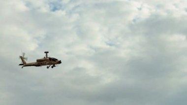 Wojskowego śmigłowca boeing ah-64 apache latać nad — Wideo stockowe