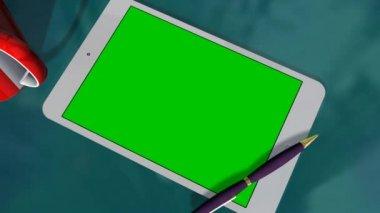 Tablett med grön skärm på bord — Stockvideo
