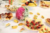 Wedding bouquet on a banquet table — Stockfoto