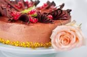 Torta con ciliegie di ribes fragole e noci — Foto Stock
