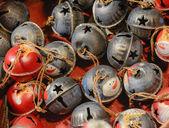 Рождественские украшения рынка - красочные колокола. — Стоковое фото