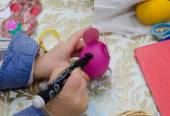 Painting easter egg by marker — Stock Photo