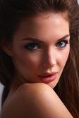 Cerrar el retrato del rostro de mujer joven hermosa. aislado sobre fondo blanco. — Foto de Stock
