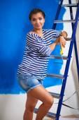 Счастливый красивая молодая женщина делает роспись стен, стоя на Ла — Стоковое фото