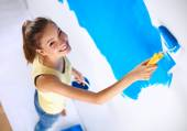 快乐美丽的年轻女子做墙画,站在 la — 图库照片