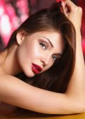 Close-up portrait of beautiful girl with trendy makeup lying — Foto de Stock