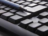 ручка на клавиатуре компьютера. — Стоковое фото