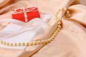 Tarjeta de invitación sobre fondo de raso seda. — Foto de Stock