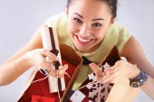 Smiling woman with christmas gifts, isolated on red background — 图库照片