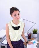 스튜디오에서 일 하는 현대 젊은 패션 디자이너. — Zdjęcie stockowe