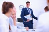 商务人士坐,并讨论在商务会议上,在办公室 — 图库照片