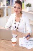 Portret van een zakenvrouw zit aan bureau met laptop — Stockfoto