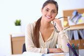 Ritratto di una donna d'affari seduto alla scrivania con computer portatile — Foto Stock