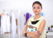 современный молодой модный дизайнер, работает в студии. — Стоковое фото