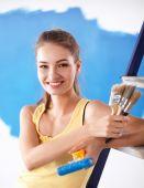 Felice giovane e bella donna facendo muro dipinto, in piedi vicino a scaletta — Foto Stock