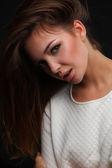 Portrét obličeje krásná mladá žena. izolované na tmavém pozadí — Stock fotografie