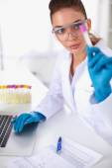 Investigadora está rodeado de médicos viales y frascos, aislado sobre fondo blanco — Foto de Stock