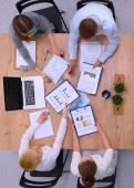 Ludzie biznesu siedzi i dyskusji na spotkanie biznesowe, w biurze — Zdjęcie stockowe