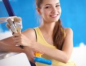 Duvar Boyama yaparken, merdiven duran mutlu güzel genç kadın — Stok fotoğraf
