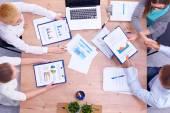 Business folk sitter och diskuterar på affärsmöte — Stockfoto
