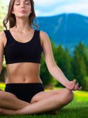 Young woman practicing yoga in the lotus position — Stock Photo