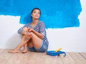 Portrait of female painter sitting on floor after painting — Stock Photo