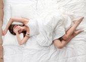 早朝、寝室で横になっている美しい少女 — ストック写真