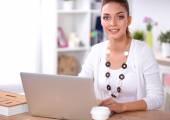 坐在办公桌前与笔记本电脑的商人的肖像 — 图库照片