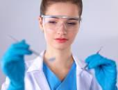 Atraktivní zubař s nástroji, stojící na gay pozadí — Stock fotografie