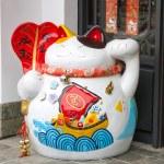 Maneki Neko cat. Common Japanese sculpture bring good luck — Stock Photo #62518673