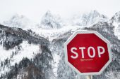 High mountains and stop sign — Stock Photo