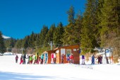 Skiers at the draglift in Bansko, Bulgaria — Stock Photo