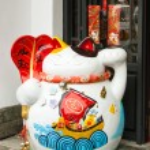 Maneki Neko cat. Common Japanese sculpture bring good luck — Stock Photo #67916699