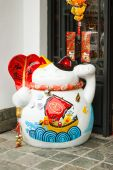 Maneki Neko cat. Common Japanese sculpture bring good luck — Stock Photo