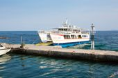 Ouranoupolis harbor and ferry boat Agia Anna near the pier, Greece — Stock Photo