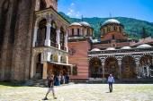 Turister på territorium berömda Rila klostret, Bulgarien — Stockfoto