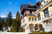 Tourists walking near the former royal Peles castle, Sinaia, Romania — Stock Photo