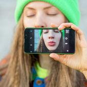 Young caucasian teenage girl taking a selfie — Stock Photo