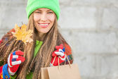 Beautiful autumn shopping woman — Stock Photo