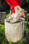 Piedini della donna in Scarpe luminose — Foto Stock