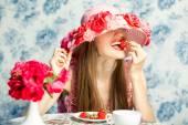 Vacationing woman eating strawberry — Stock Photo