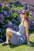 公園で自由な時間を過ごす幸せな女 — ストック写真