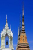 The bell in the Buddhist temple on the background of blue sky — Stockfoto