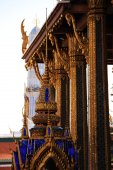 Temple of the emerald Buddha in Bangkok on the background of blue sky — Stockfoto