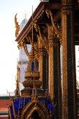 Chrám smaragdového Budhy v Bangkoku na pozadí modré oblohy — Stock fotografie