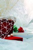 Rode bloem en parel ketting — Stockfoto