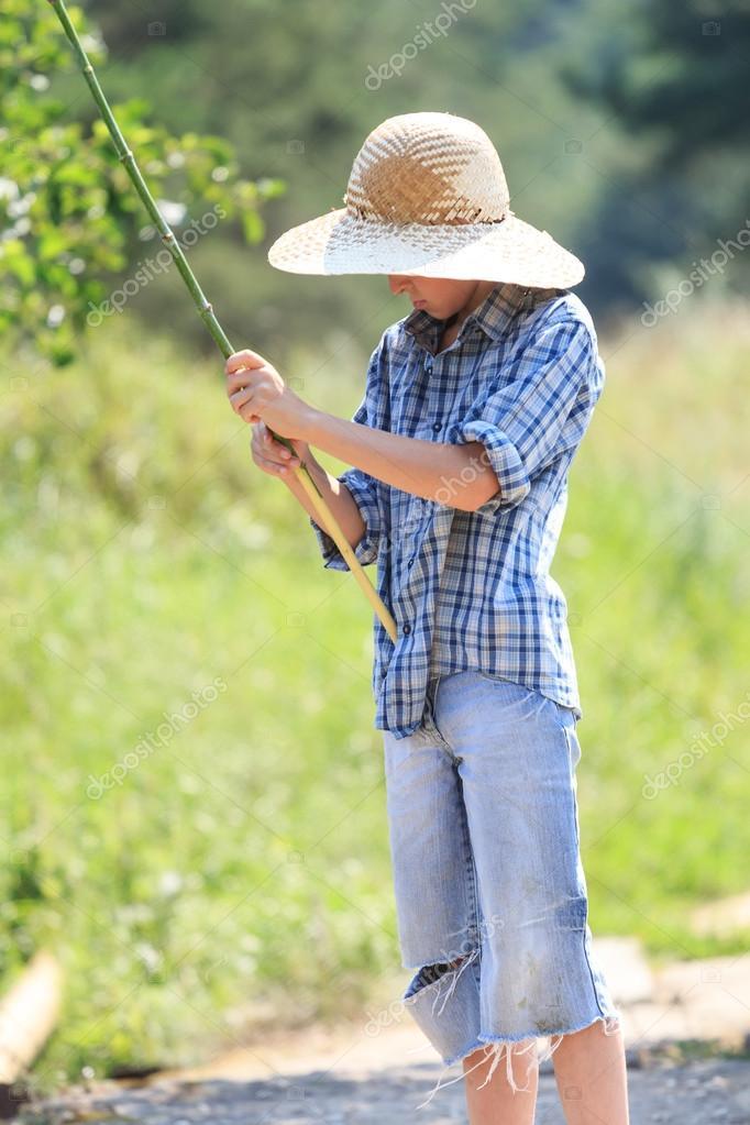 рыбак в соломенной шляпе
